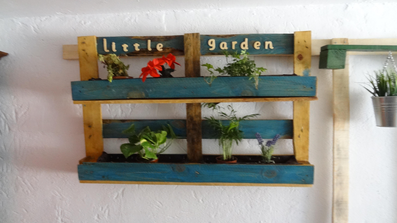Entre mesillas alegra tu casa con muebles for Jardines verticales con madera